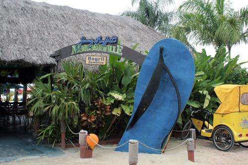 Giant flip-flops say fun. (Photo: Flickr)