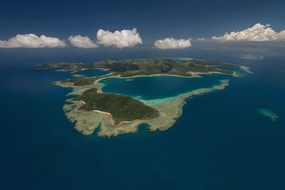 The reef around Yadua and Yadua Taba islands protects a lagoon. The islands are protected and provide a sanctuary for the Fiji Crested Iguana. Boats are not allowed to land here. Photo: Jürgen Freund