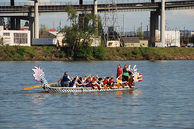 640px-Dragon_boat_practice_on_Willamette_River,_Portland