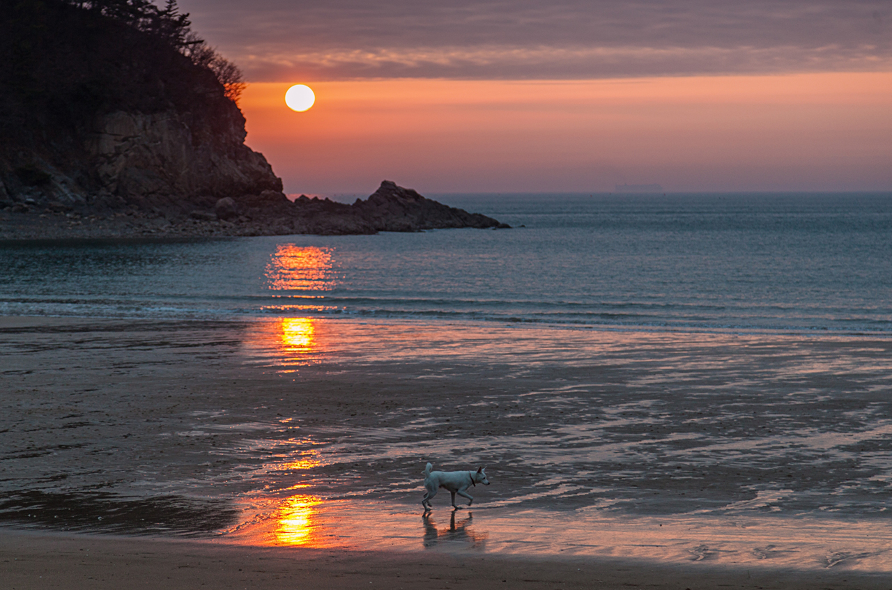 The sun sets at Baeklipo beach - Taean Haean National Park