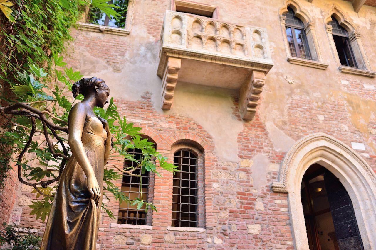 Juliet statue and balcony in Verona, Italy