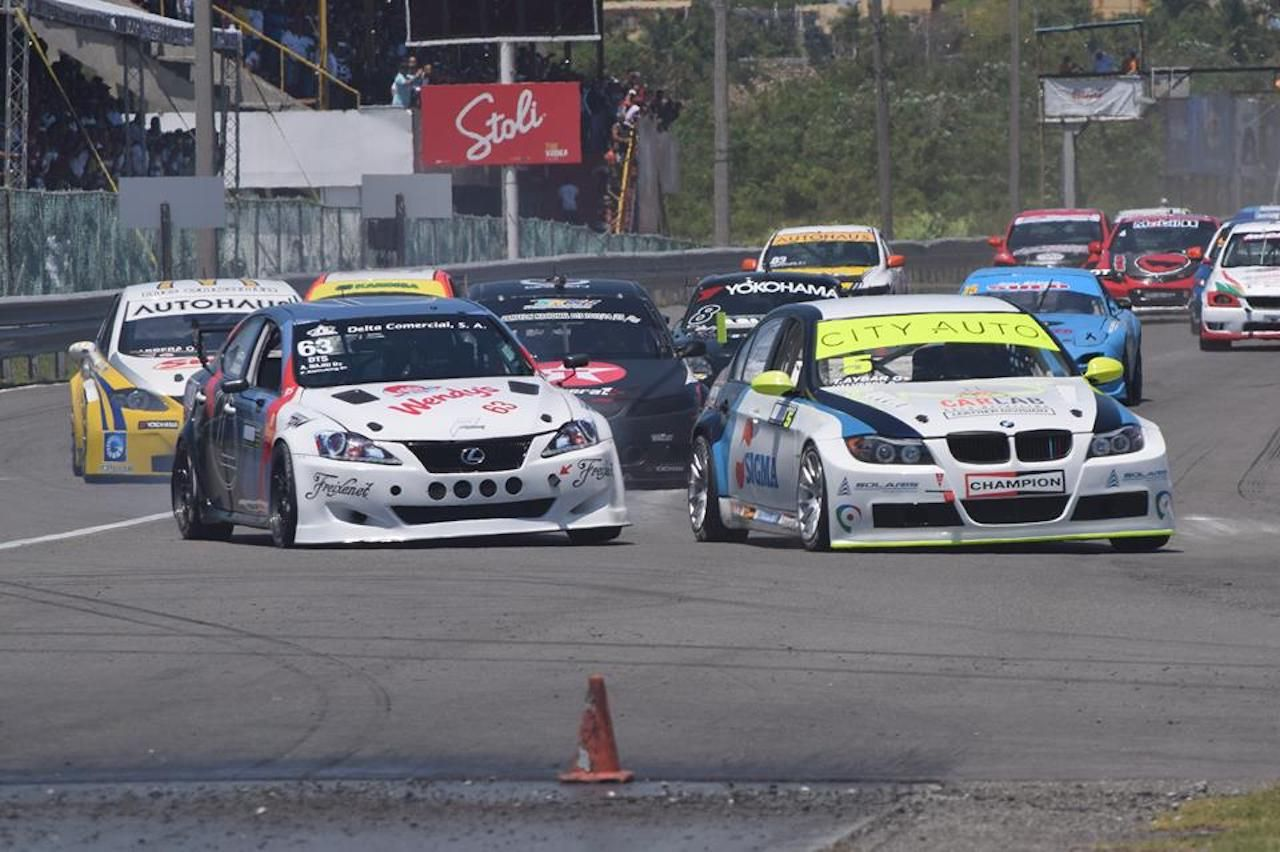Cars racing at the Sunix Autodrome