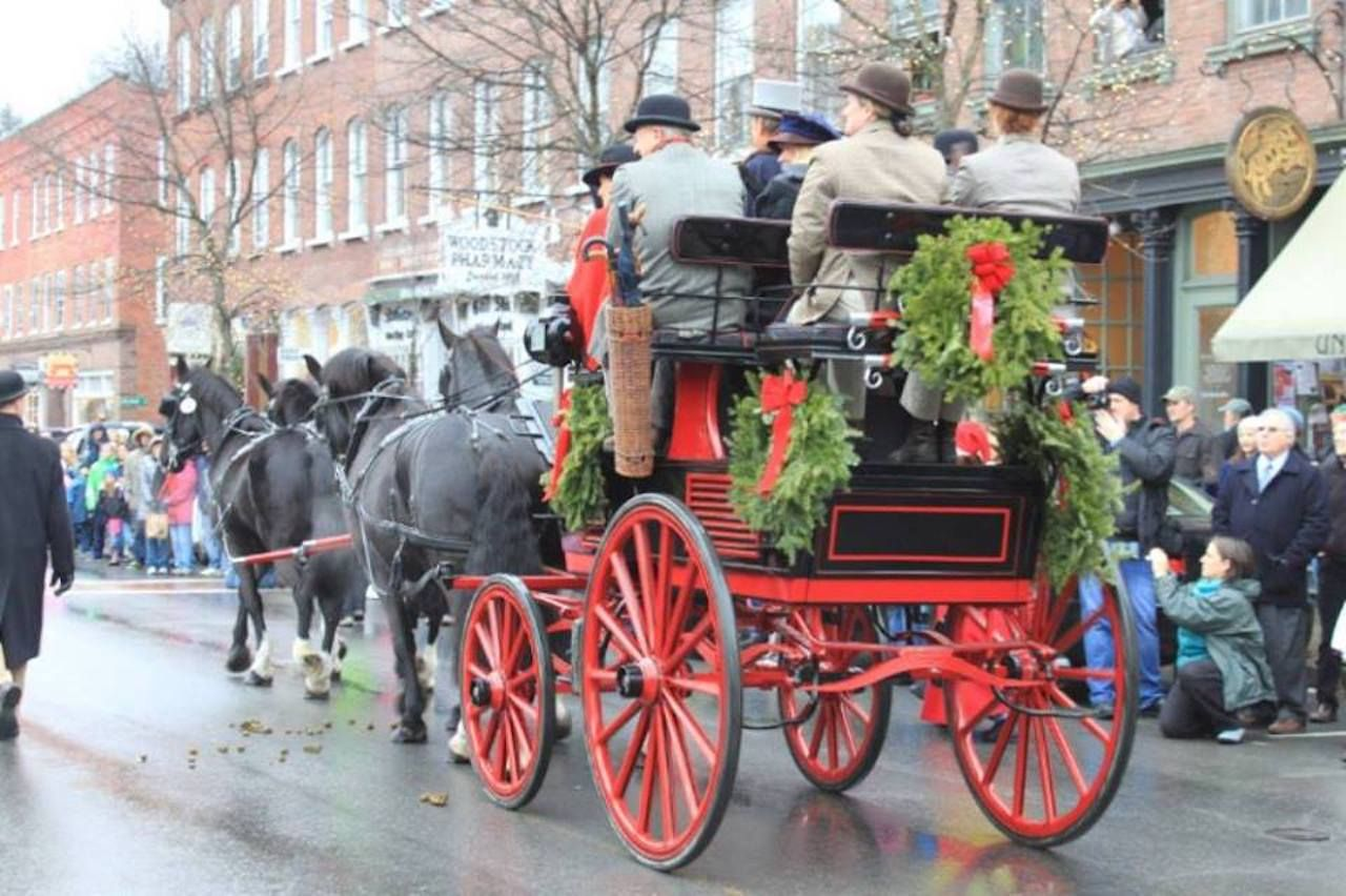 Horse-drawn carriage decorated with wreaths in Woodstock during Christmas