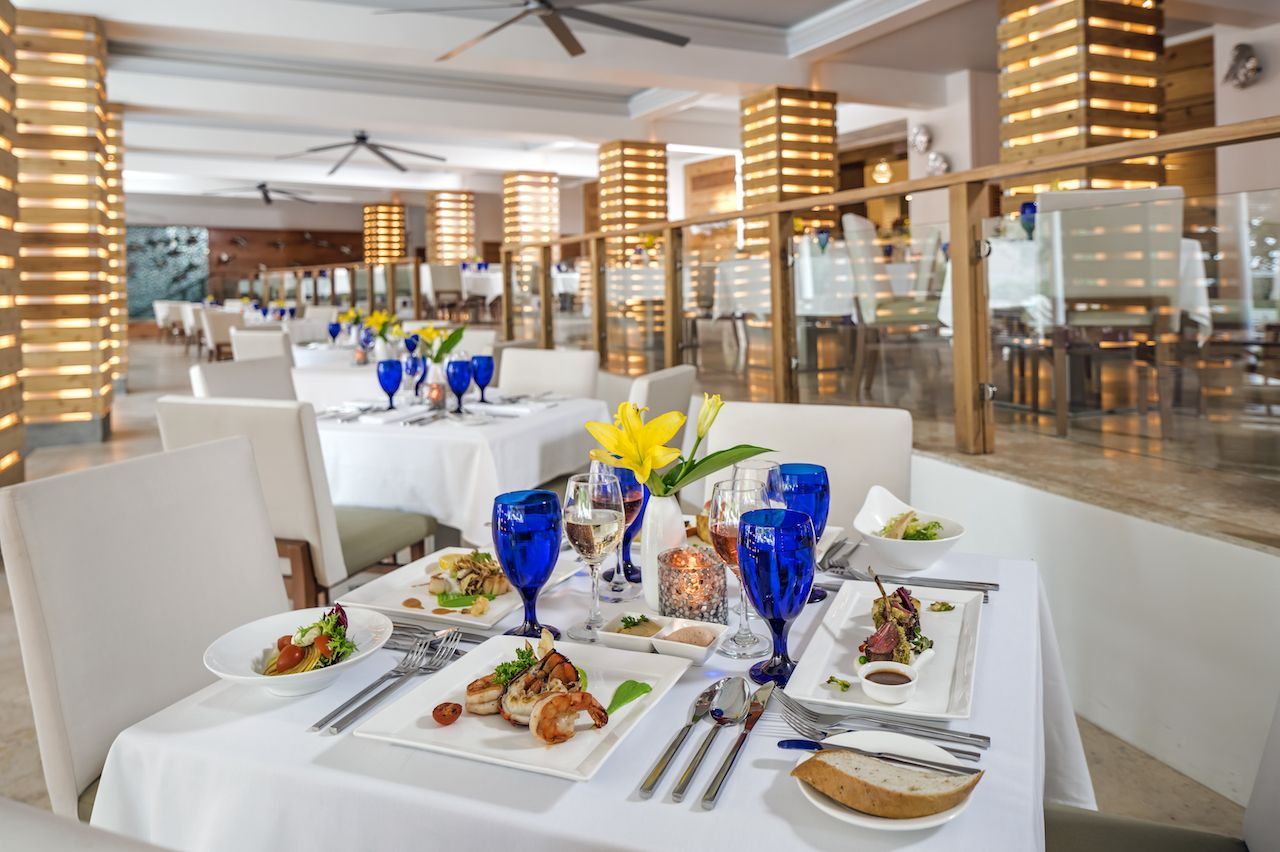 Dining room at a Sandals resort with meat and seafood dishes on the taable