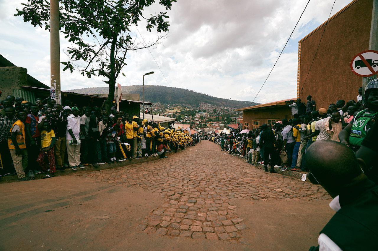 Rwandans watching cyclists in the Tour du Rwanda