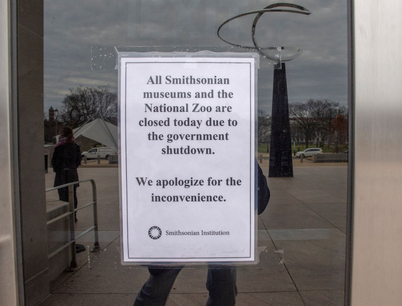 Smithosian museums and DC zoo closed due to government shut down sign