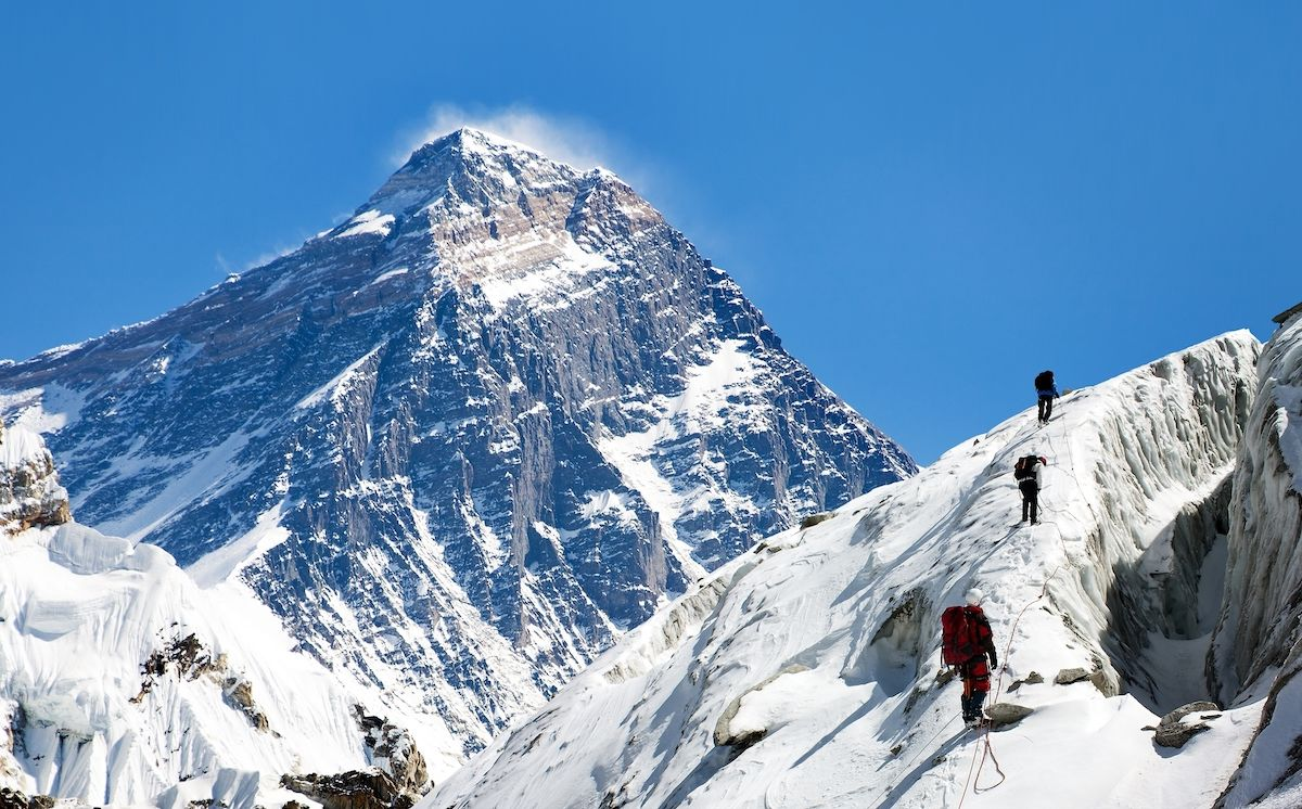 American dies on Mount Everest due to a traffic jam of climbers