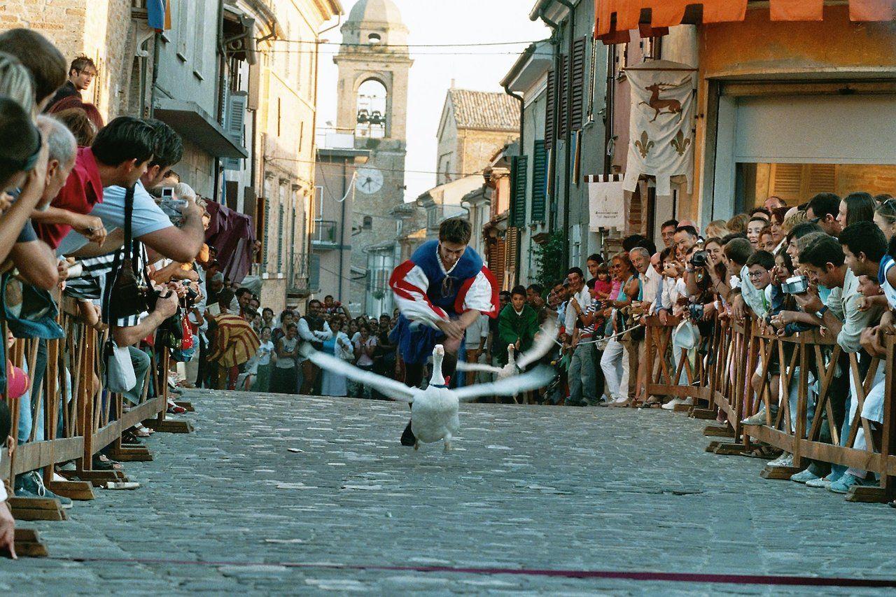 Viaggio nel tempo nell'Italia medievale in questa colorata festa a Mondaino