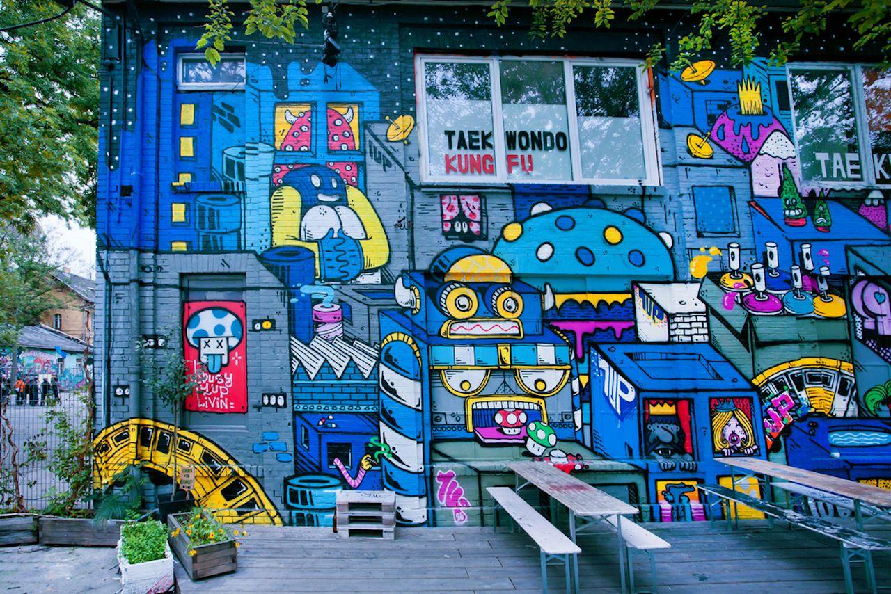 Robot-themed street art in Berlin