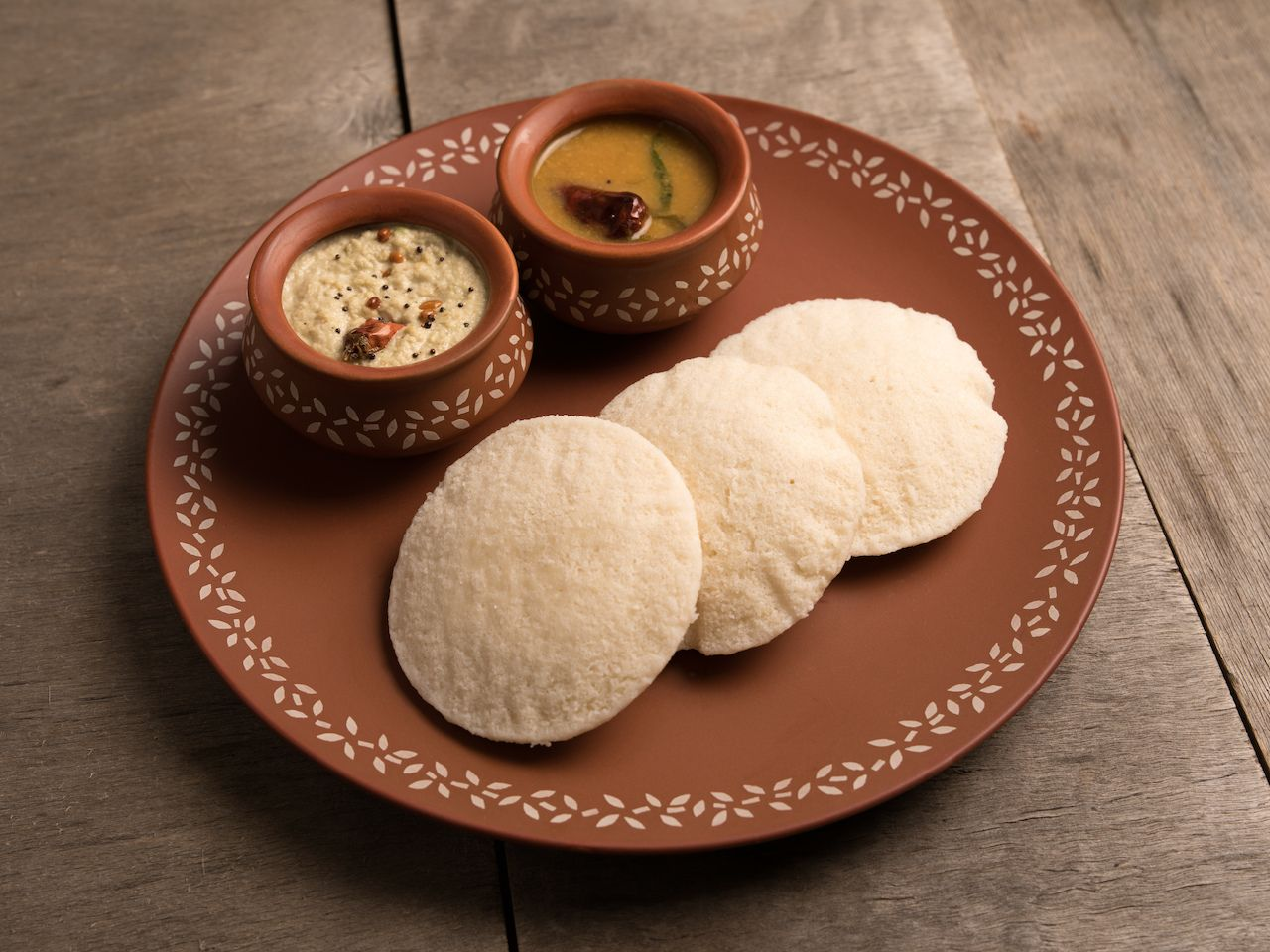 idli with sambar and coconut chutney