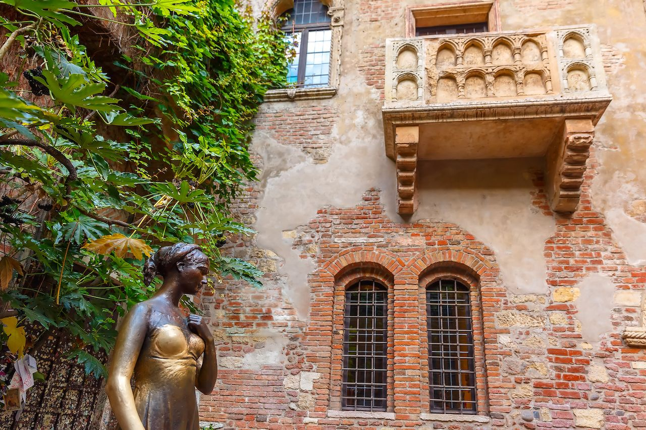 Juliet staue and balcony by Juliet house, Verona, Italy.