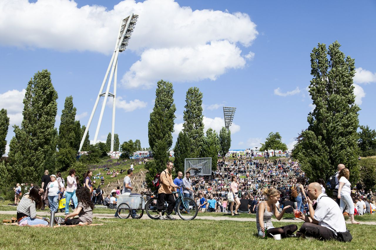 People enjoying their sunnsy Sunday in Mauerpark