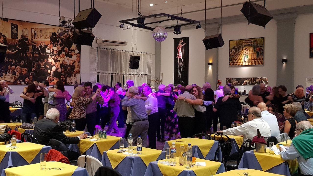 People tango dancing