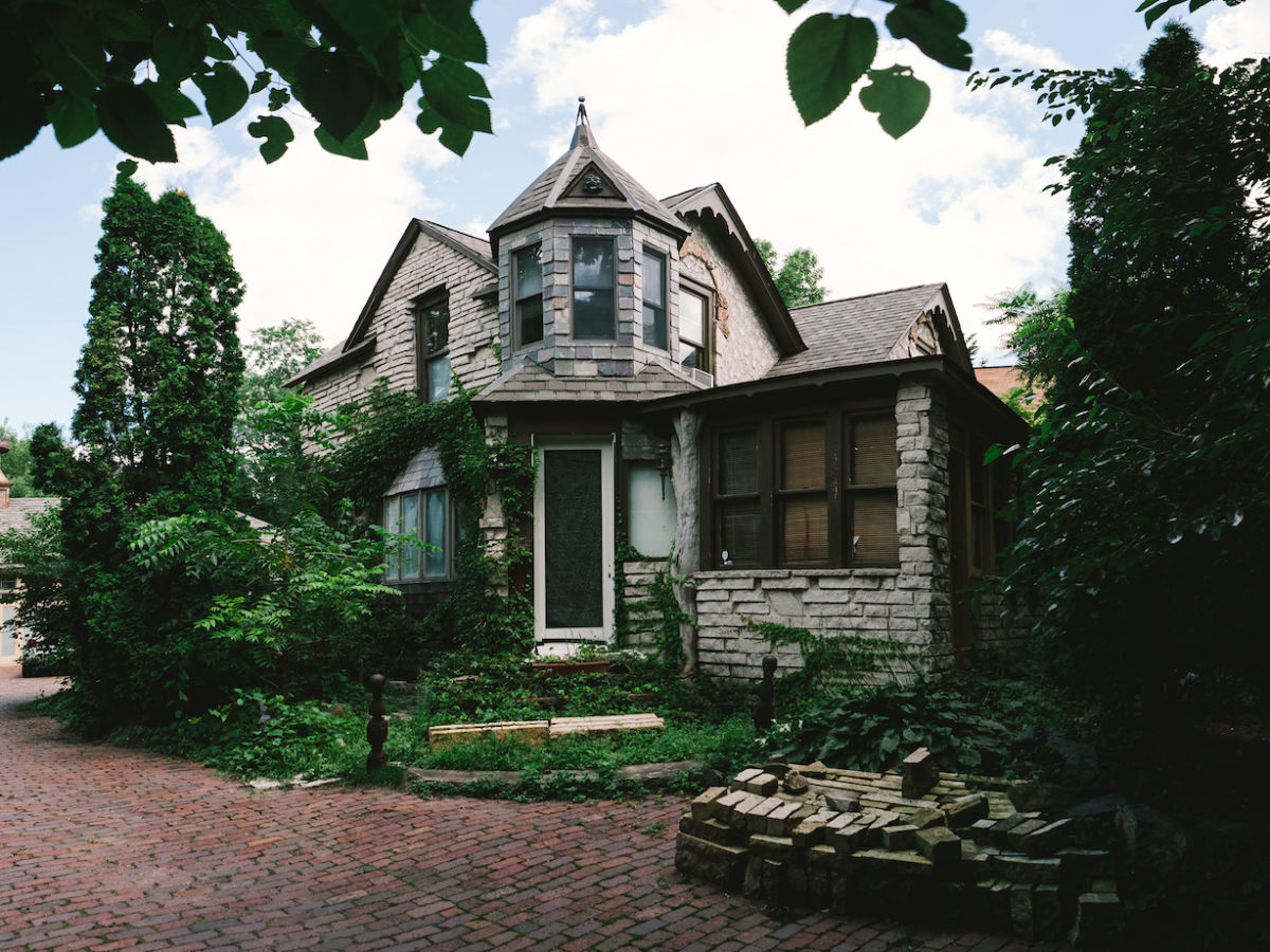 Stay at these 8 haunted Airbnbs for a truly terrifying Halloween night