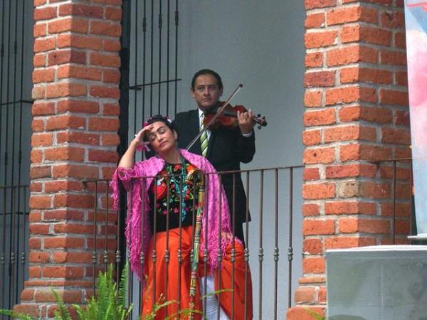 Actriz personificando a Frida Khalo.