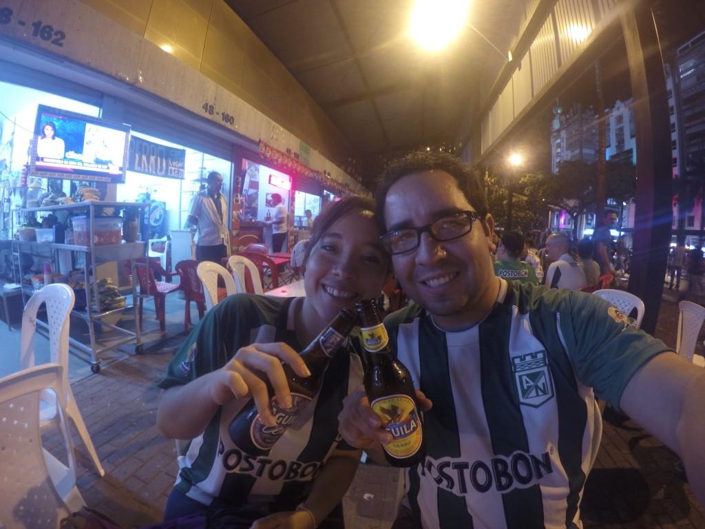 Ale y Uly, con sus camisetas del Atlético Nacional, cuyo patrocinador es Postobon. Foto: Couple Travel Diary