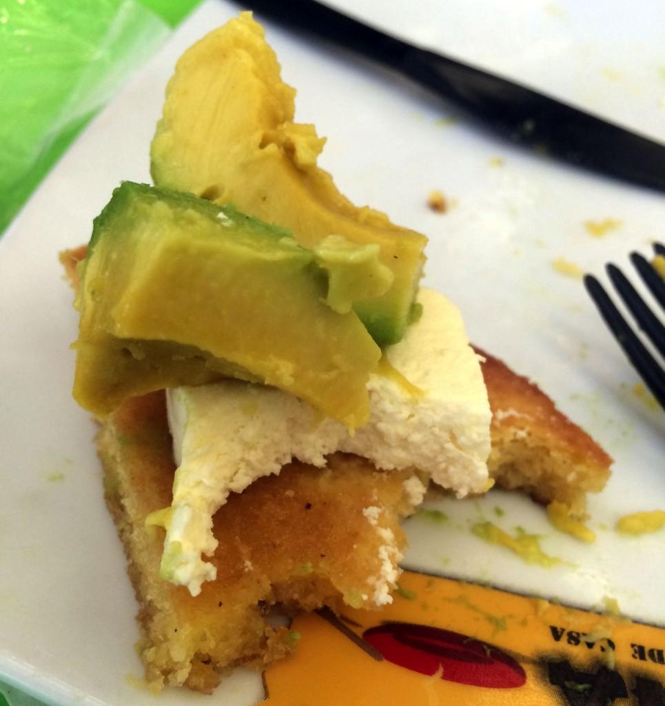 Arepita con de Chocolo con queso y aguacate, nos la comimos en Medellín, ¡muy rica! Foto: Couple Travel Diary