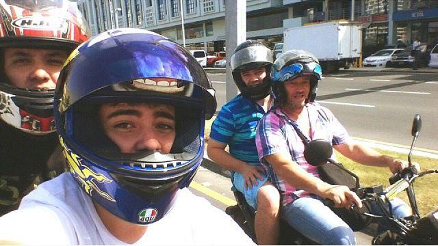 La Familia Montoya, nuestros vecinos de Colombia, saben que movilizarse en moto, es una de las mejores opciones. Gracias a Daniel Montoya por la foto.