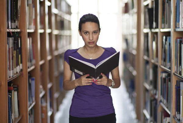 mujer biblioteca