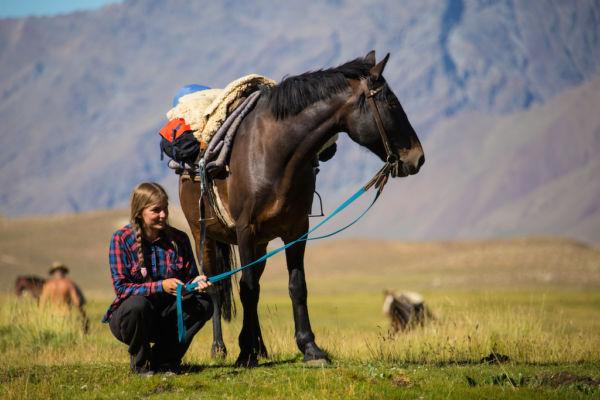 cruce de los Andes mujer con caballo