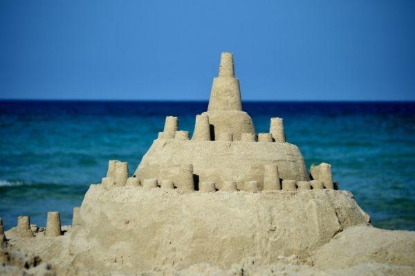 hombre que vive en castillo de arena