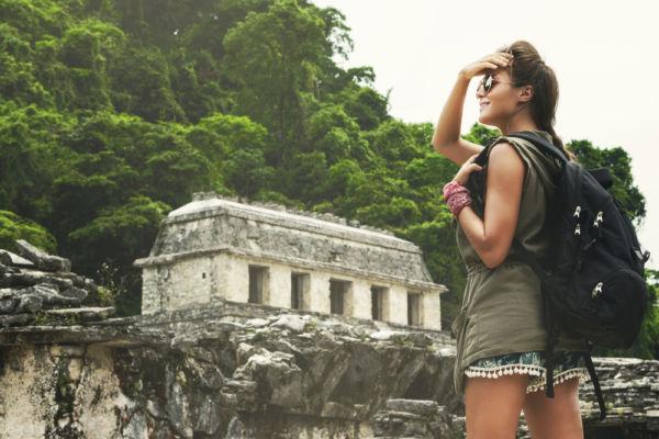 mujer viaja por México ruinas mayas