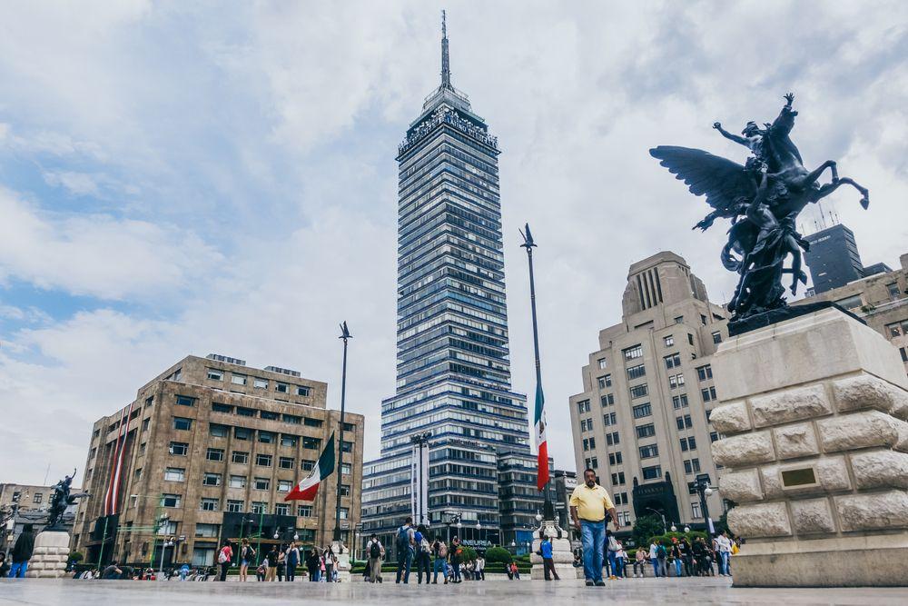 personas caminando por el Palacio de Bellas Artes
