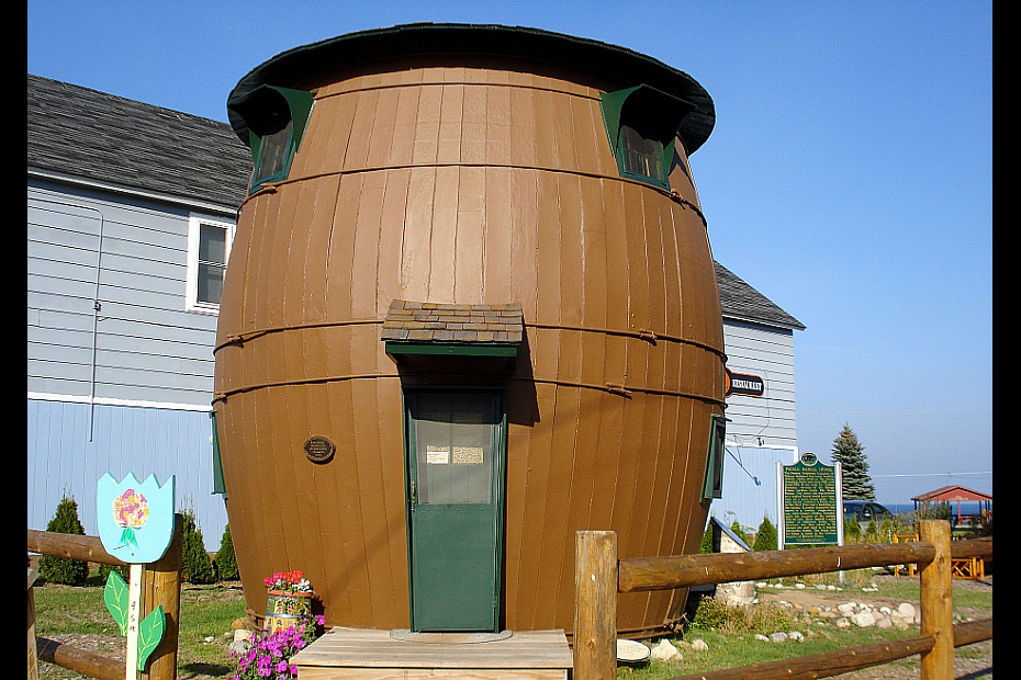 house shaped like a pickle barrel
