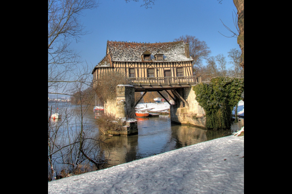 house in France build on a collapsed bridge over the Seine